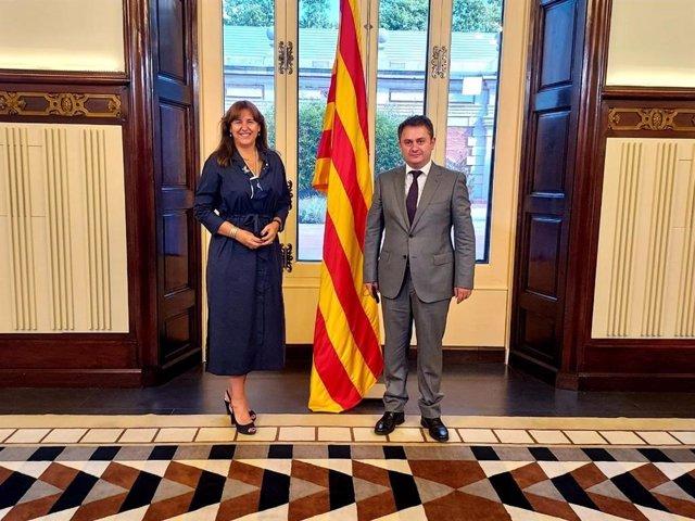 La presidenta del Parlament, Laura Borràs, i el ministre d'Indústria d'Alta Tecnologia d'Armènia, Hayk Chobanyan