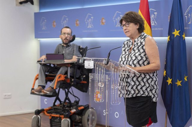 El portavoz de Unidas Podemos en el Congreso, Pablo Echenique, y la portavoz de Sanidad de Unidas Podemos en el Congreso, Rosa Medel, intervienen en una rueda de prensa en el Congreso de los Diputados, a 1 de julio de 2021, en Madrid (España). Durante su