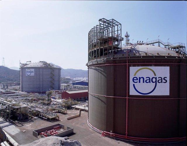 Archivo - Planta de regasificacion de Enagás en Cartagena, con logo