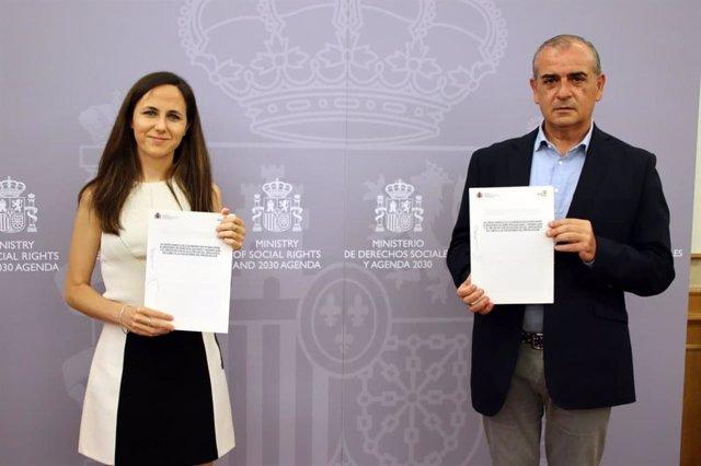 La ministra Ione Belarra y el presidente de la Plataforma del Tercer Sector, Luciano Poyato.