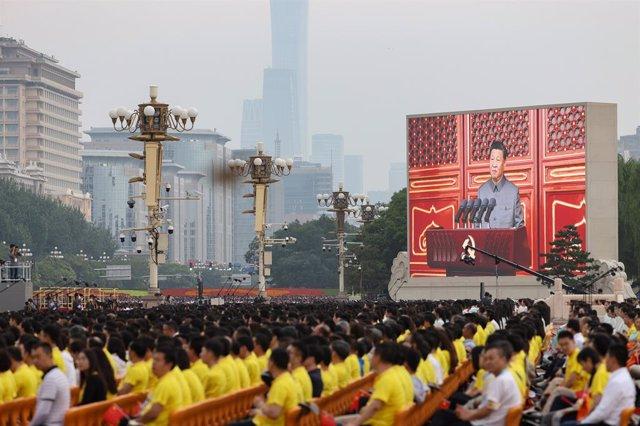 Una pantalla grande muestra al presidente chino, Xi Jinping, pronuncia un discurso durante la celebración del centenario de la fundación del Partido Comunista Chino en la Plaza de Tiananmen.