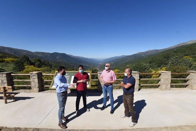 El presidente de la Diputación de Cáceres visita las obras del  mirador de Tornavacas, que estrena aparcamiento turístico inteligente y accesible