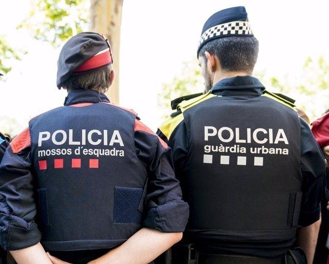 Un agent dels Mossos d'Esquadra i un agent de la Guàrdia Urbana de Barcelona