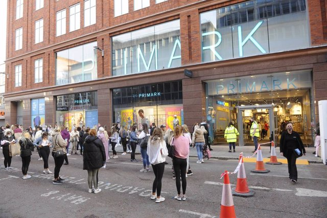 Archivo - 30 April 2021, United Kingdom, Belfast: Shoppers queue outside Primark in Belfast, as shops reopen after the easing of the coronavirus lockdown restrictions in Northern Ireland. Photo: Mark Marlow/PA Wire/dpa