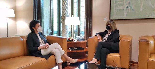 La ministra de Educación y Formación Profesional, Isabel Celaá, y la presidenta de la Diputación de Barcelona, Núria Marín.