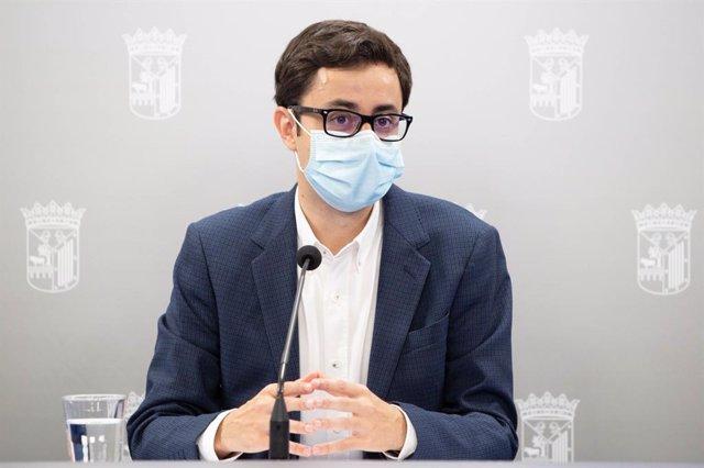 El portavoz del Grupo Municipal Socialista, José Luis Mateos, en rueda de prensa.