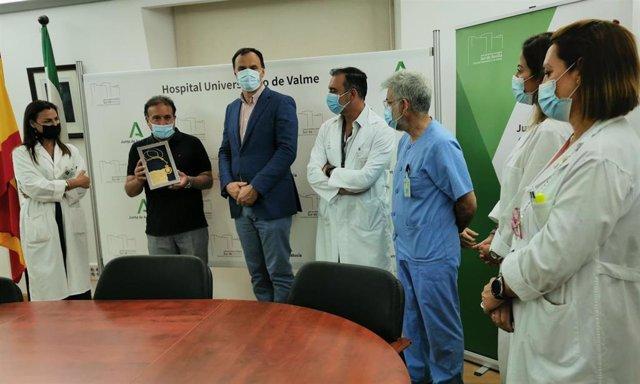 Juan José Peña, homenajeado por la Diputación, cede su galardón a los sanitarios del Valme