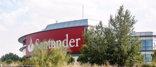 Archivo - Cartel del Banco Santander en la Ciudad Grupo Santander (Comunidad de Madrid)