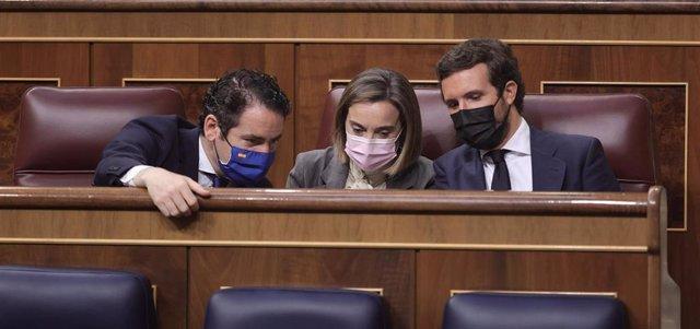 El secretario general del Partido Popular, Teodoro García Egea, la portavoz del PP en el Congreso, Cuca Gamarra; y el líder del PP, Pablo Casado, conversan en el Pleno del Congreso. En Madrid, a 30 de junio de 2021.