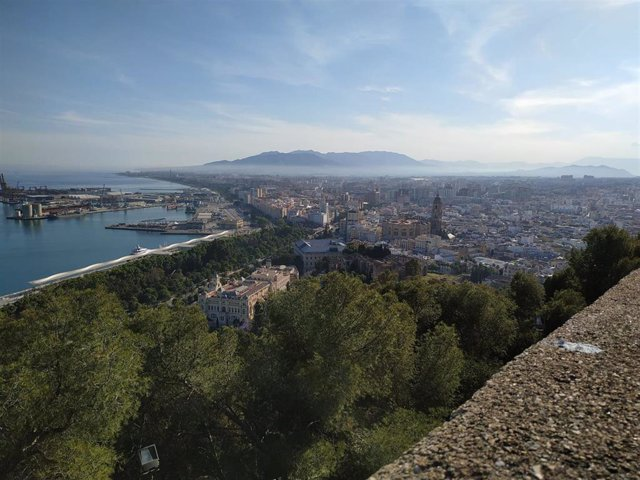 Archivo - Vista de Málaga desde el castillo de Gibralfaro con la catedral, el museo de Málaga, el Ayuntamiento y el puerto de fondo