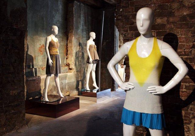 Archivo - Un maniquí en una exposición de moda en la capital de Alemania, Berlín