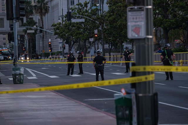 Archivo - 27 May 2020, US, Los Angeles: Police stand guard and cordon a street during a protest through Los Angeles downtown demanding the arrest of the police officer seen on camera kneeling on the neck of George Floyd, a handcuffed black man who later d