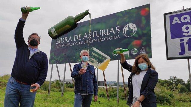 Guillermo Guisasola (presidente del Consejo Regulador DOP Sidra de Asturias), Luis Arrontes (director creativo ejecutivo de la agencia de publicidad Arrontes y Barrera) y Begoña López (directora general de Desarrollo Rural e Industrias Agrarias)