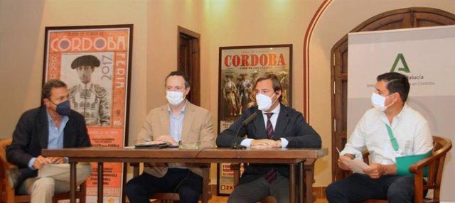 El delegado del Gobierno de la Junta de Andalucía en Córdoba, Antonio Repullo (segundo por la dcha.), en el encuentro con profesionales del sector ganadero del toro de lidia.