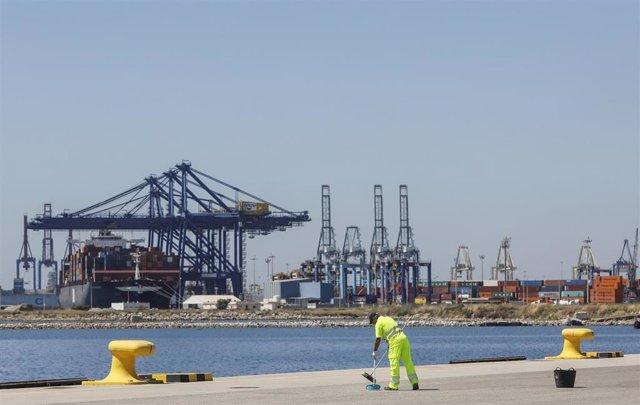 Un hombre trabajando en las instalaciones del Puerto de Valencia