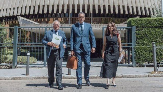 Diputados de Vox a la salida del Tribunal Constitucional tras presentar un recurso contra el decreto de la 'Ley rider'