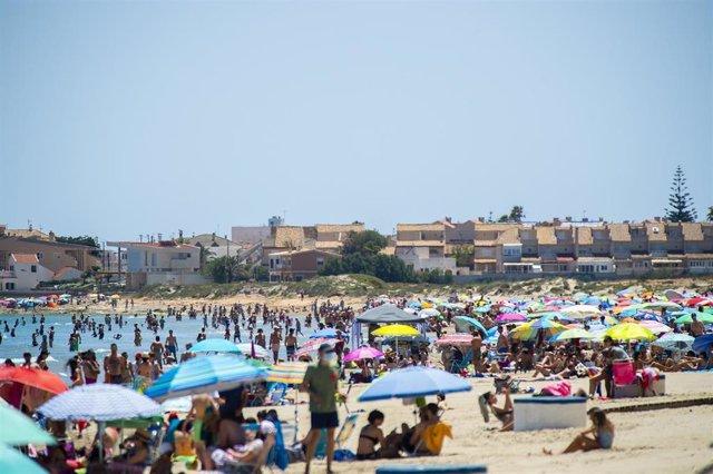 Archivo - Varias personas en la Playa de Levante, en la Manga del Mar Menor