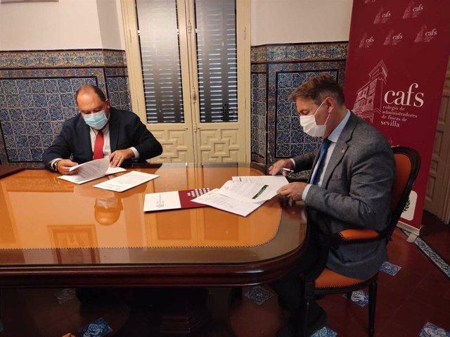 Momento de la firma del convenio entre el Colegio de Administradores de Fincas de Sevilla y Caja Rural del Sur