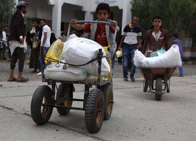 Archivo - Reparto de comida llevado a cabo por el Programa Mundial de Alimentos (PMA) de Naciones Unidas, en Yemen
