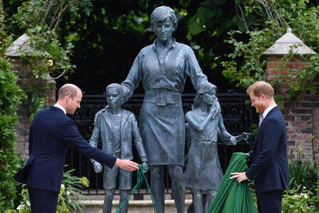 01 July 2021, United Kingdom, London: Prince William, the Duke of Cambridge (L) and Harry, the Duke of Sussex, unveile a statue they commissioned of their mother Diana, Princess of Wales, in the Sunken Garden at Kensington Palace, on what would have been