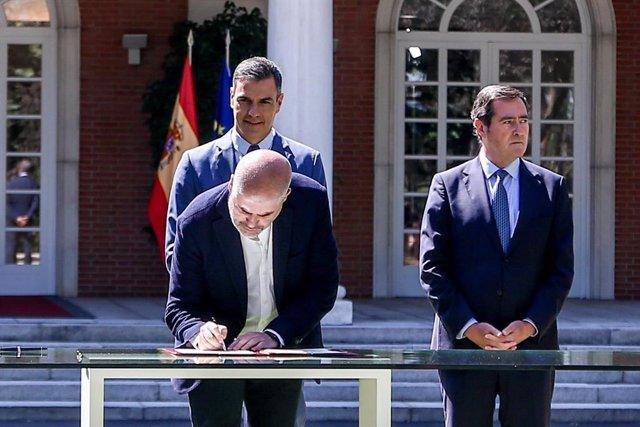 El secretario general de CCOO, Unai Sordo, firma el acuerdo del Ejecutivo nacional con los agentes sociales para reformar las pensiones.