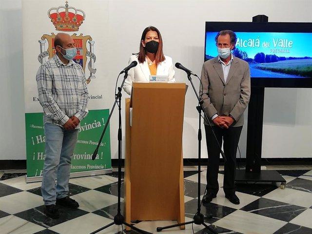 María Jesús Herencia con Román y el alcalde de Alcalá del Valle presentando acciones en la Sierra