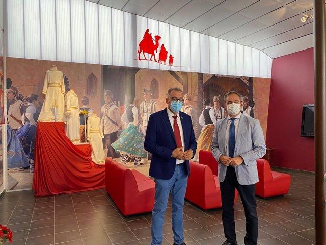 El delegado territorial de Turismo de la Junta en Córdoba, Ángel Pimentel (dcha.),visita El Viso junto al alcalde local, Juan Díaz.