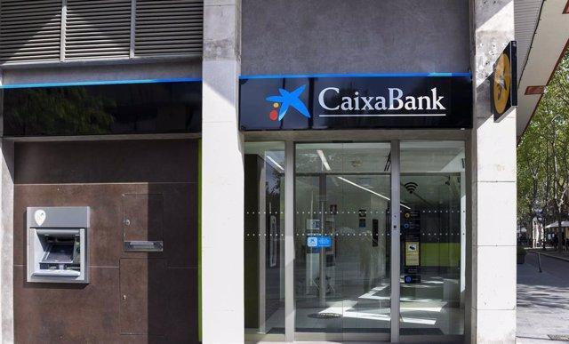 Arxiu - Canvi de la retolació en una oficina de Bankia, ara de CaixaBank