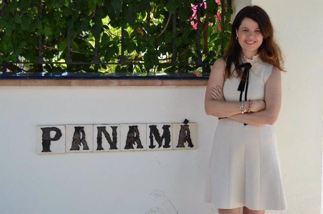La catedrática de la US Lola Pons, en la calle Panamá del barrio de Heliópolis.