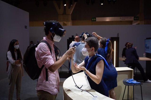 Un asistente utiliza unas gafas de realidad virtual en las instalaciones de la segunda jornada de la XIV edición del Mobile World Congress en el recinto Gran Via de Fira de Barcelona, a 29 de junio de 2021, en L'Hospitalet de Llobregat