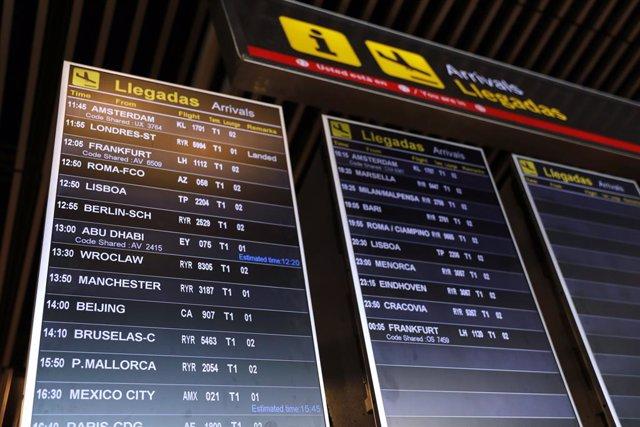Archivo - Un cartel de 'Llegadas' de la Terminal 1 del Aeropuerto de Madrid-Barajas Adolfo Suárez, en Madrid (España) a 4 de julio de 2020. España abre este sábado sus fronteras a 12 países de fuera de la UE con China, Marruecos y Argelia sujetas a recipr