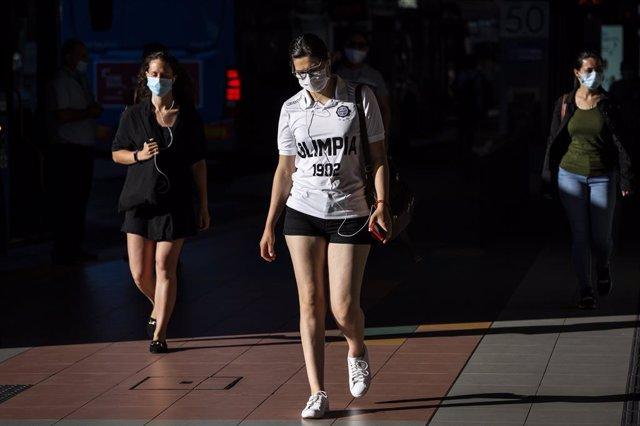 Tres mujeres caminan con mascarilla en las inmediaciones del Intercambiador de Plaza de Castilla, a 28 de junio de 2021, en Madrid, (España).