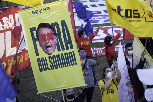 30 June 2021, Brazil, Brasilia: People take part in a protest in front of the congress against Brazilian President Jair Bolsonaro as they demand his resignation. Photo: Leco Viana/TheNEWS2 via ZUMA Wire/dpa
