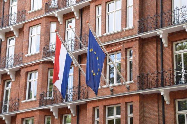 Archivo - Las banderas de Países Bajos y la Unión Europea en un edificio oficial