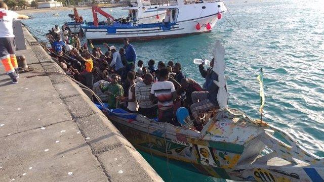 Archivo - Llega un cayuco con unas cien personasl al puerto de Los Cristianos