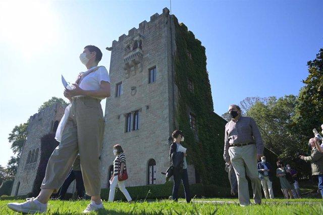 Representantes de colectivos de memoria histórica y víctimas del franquismo, durante su visita a los jardines del Pazo de Meirás el día de su reapertura al público