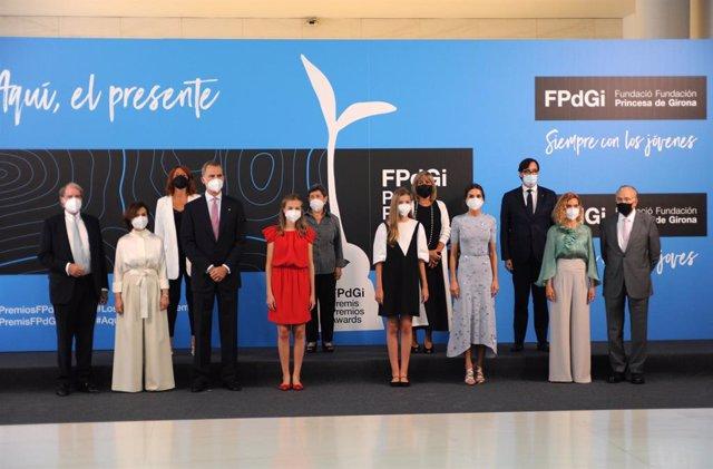 La Família Real a l'entrada de l'entrega dels Premis FPdGi, al costat de la vicepresidenta Carmen Calvo, la presidenta del Congrés Meritxell Batet