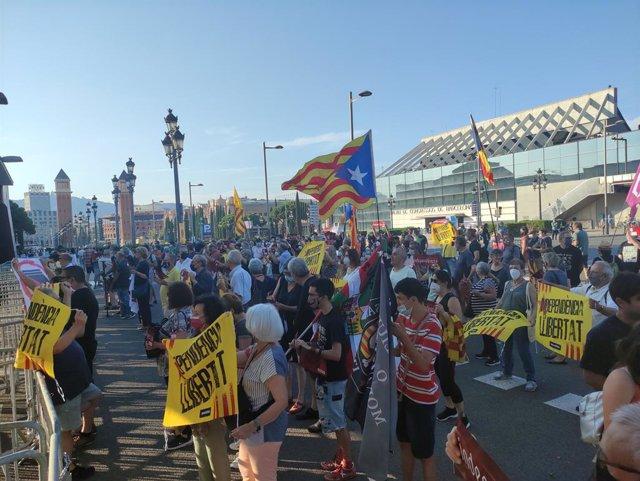 Manifestantes en los aledaños del CaixaForum de Barcelona en protesta por la presencia del Rey Felipe VI