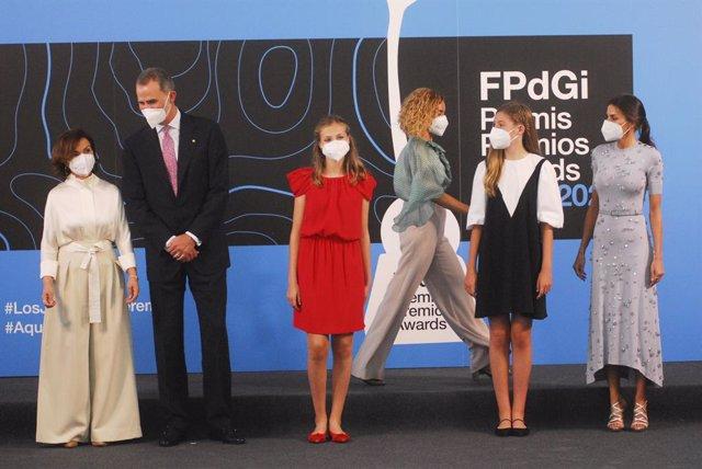 Los Reyes, Felipe VI  (2i) y Letizia (d), la princesa de Asturias y de Girona, Leonor (3i), la Infanta Sofía (2d)  y la vicepresidenta del Gobierno Carmen Calvo (d), antes de entrar a la ceremonia de entrega de los Premios Fundación Princesa de Girona 202