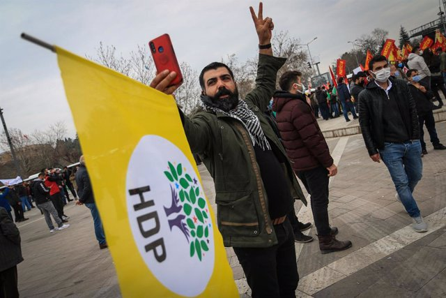 Archivo - 21 March 2021, Turkey, Ankara: A Pro-Kurdish Peoples' Democratic Party (HDP) supporter shouts slogans during a rally on the occasion of the Nowruz, the Persian new year. Photo: Tunahan Turhan/SOPA Images via ZUMA Wire/dpa