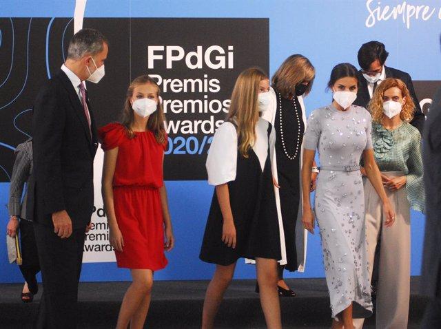 Los Reyes, Felipe VI  (i) y Letizia (2d), la princesa de Asturias y de Girona, Leonor (2i), y la Infanta Sofía (3d) antes de entrar a la ceremonia de entrega de los Premios Fundación Princesa de Girona 2020 y 2021 en Caixaforum, a 1 de julio de 2021, en B