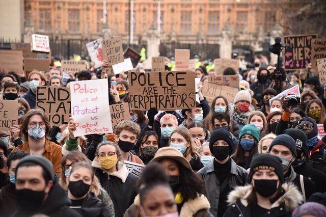 Archivo - 15 March 2021, United Kingdom, London: Demonstrators hold placards during a Reclaim the Streets protest at the Parliament Square, in memory of Sarah Everard who went missing while walking home from a friend's flat on March 3. Photo: Ian West/PA