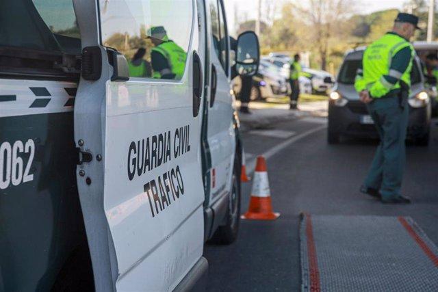 Archivo - La Guardia Civil de Tráfico en una imagen de archivo