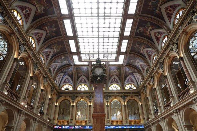 Interior del Palacio de la Bolsa de Madrid, a 30 de junio de 2021, en Madrid (España). El índice Ibex 35 de la Bolsa de Madrid retrocedía un 1% en la media sesión de este miércoles, alejado de la barrera de los 8.900 puntos, pendiente de las nuevas cepas