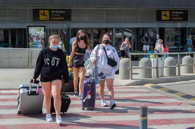 Pasajeros procedentes de un vuelo con origen Gran Bretaña salen del Aeropuerto de Ibiza.