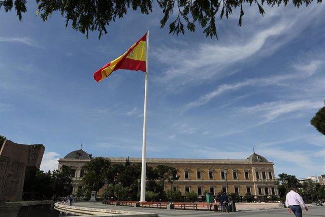 Archivo - Izado de bandera con motivo del Día de San Isidro en los Jardines del Descubrimiento de la Plaza de Colón, a 15 de mayo de 2021, en Madrid (España). Durante el acto, rinde honores una compañía mixta compuesta por cuatro secciones del Ejército de