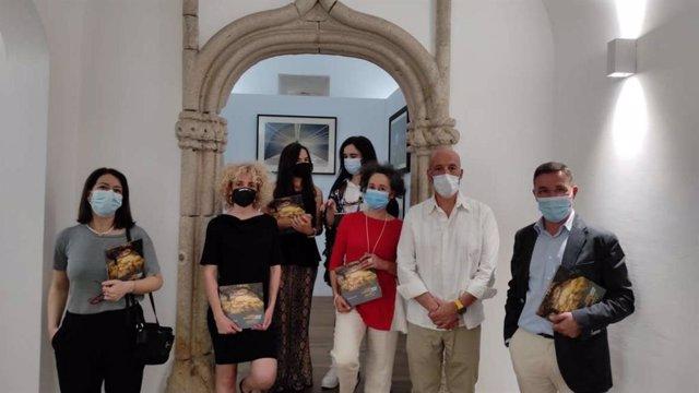 Las fotografías finalistas del premio Santiago Castelo se exponen en Évora.