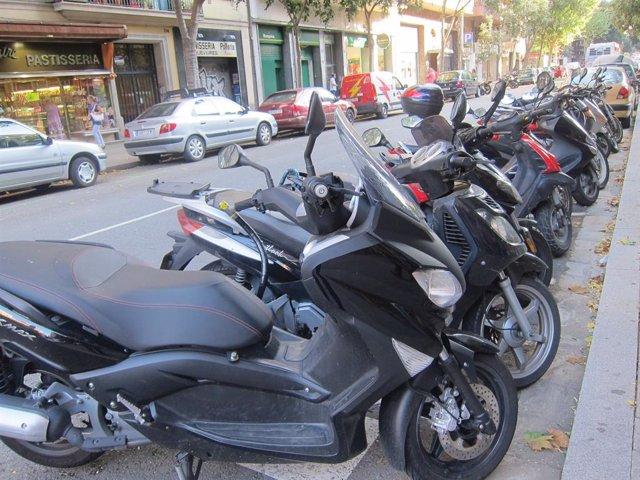 Archivo - Motos estacionadas en la calle.