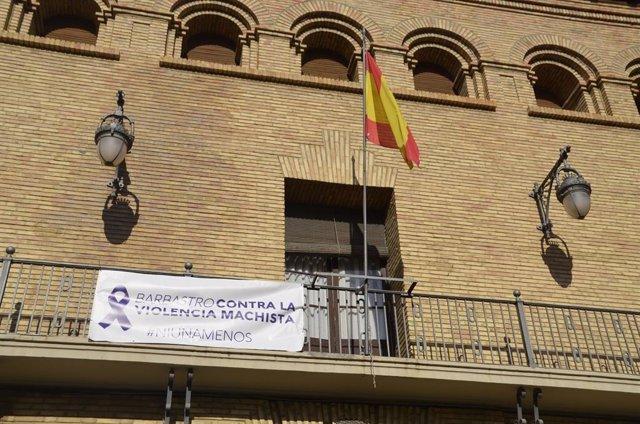 Archivo - El balcón del Ayuntamiento de Barbastro luce una pancarta con motivo del Día Internacional de la Eliminación de la Violencia contra las Mujeres.