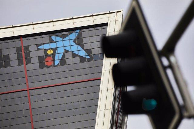 Archivo - Arxiu - Logo de Caixabank a les torres Kio de Madrid